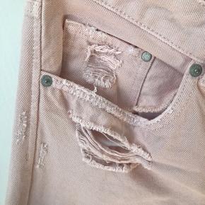 Sælger disse med fede Boyfriend jeans fra H&M, de er aldrig blevet brugt. De er i en str 32