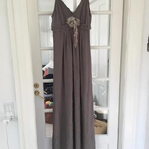 Varetype: Maxi Farve: Grå  Smuk kjole i ren silke fra Gat Rimon. Størrelse 3 - passer str 40.