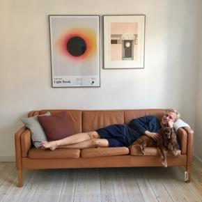 Mogens Hansen  3-personers sofa i læder  Ben i bøgetræ  Måler 210 cm i længden  Afhentes i Sejs-Svejbæk