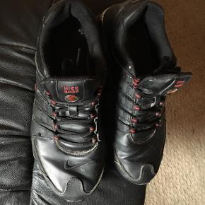 🌸 vare: sælger disse Nike Shox for min bror🌸 str: 44 🌸 stand: brugt en del  🌸 Mp: 500 kr eller BYD - køber betaler Porto - sender med DAO  🌸 de er slidt lidt indenvendig, som man også kan se på billedet