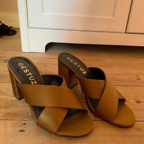 Gestuz sandaler med hæl