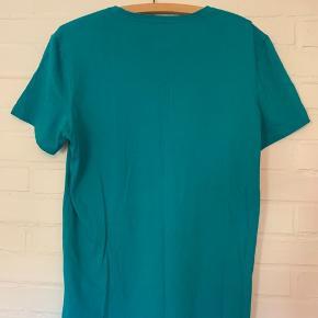 Enormt fed Adidas t-shirt i strørrelse M med deres klassiske turkise farve.   Husk at tjek mine andre annoncer for mere herre og kvinde tøj ;-)!