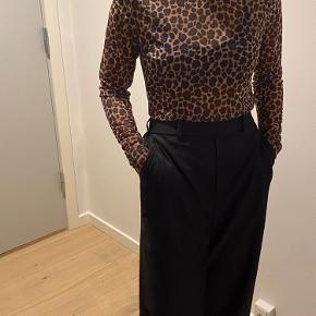 Sælger den transparente leopard trøje.  Fitter XS-M 🌈