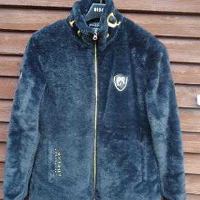 Flot jakke som aldrig er blevet brugt, er i lækker blødt plys , elastik i ærmkant og lommer i siderne. Mærket er equsana og den er købt i en hestebutik.