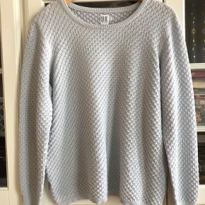 Bluse/sweater i fin hulstrik. Blød og behagelig. Brugt 1 gang. Farven er lys blågrå. Str. XL.