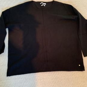 Lækker strik fra Brax med små slidser i siderne - god til skjorte indenunder. Sælges uden at have brugt den, da en anelse for lille.