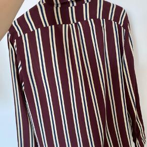Helt ny lækker skjorte   Passes af de fleste størrelser alt afhængigt af hvordan man ønsker den fitter. Jeg er selv en small.