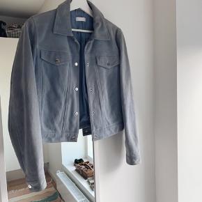 Smukkeste jakke i lyseblå ruskind. Trænger til en rens og sælges derfor meget billigt. Nypris var 4.000 kr. Kom endelig med et bud - jeg er til at handle med 😊