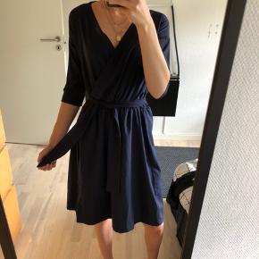 Fin kjole med bindebånd fra LY Copenhagen. I en afdæmpet mørkeblå farve, som passer til mange anledninger. I str. XS ☀️ Billeder uden bindebånd kan sendes ved interesse 😊