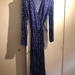 Fin slå-om-kjole fra H&M, der kun er blevet brugt et par gange og fejler intet:)