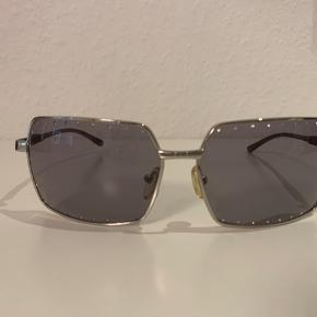 Fine solbriller fra prestige med sten hele vejen rundt i glasset💎 de har ingen synlige ridser eller øvrige tegn på slitage, men kunne godt bruge en opstramning👌 jeg vil vurdere at brillerne passer bedst til et bredt hoved☺️