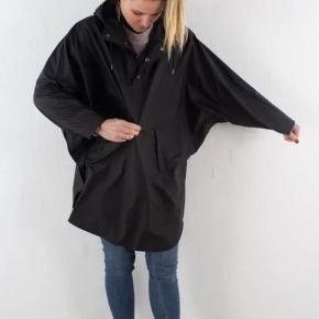 Rains poncho i sort. Brugt få gange - ingen tegn på slid. Byd!