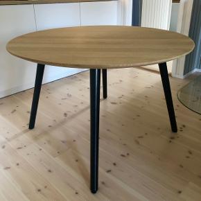 Superflot VIA CPH rundt spisebord i hvidolieret egetræ med sorte ben. Stort set ubrugt og fuldstændig uden brugsspor på bordpladen. Diameter 115 cm, Højde 72 cm. Pris fra ny 10.000kr. Bordet kan også afhentes i København / Frederiksberg C, hvis det ønskes.