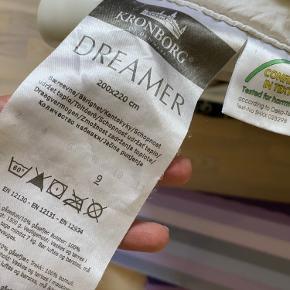 Sælger denne dejlige dobbelt dyne i str 200x220 cm inkl to gange betræk til dyne og to pudebetræk (pr sengesæt) i hvid og sort med mønster.  Det sorte betræk er Giorgia Armani.  Byd evt.