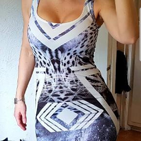 Super smart og flot anderledes kjole, med masser stræk så den stammer inde de helt rigtige steder.  Passes af s/m  Mærke Esphia 92 % Viscosa 8% Lycra  Fast pris +evt fragt
