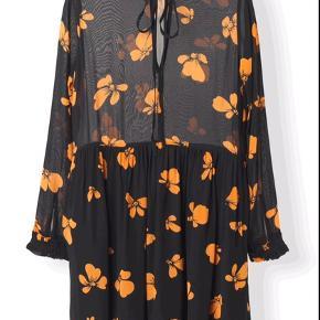 Super fin Ganni kjole, standen er mellem næsten som ny og god men brugt, vil sige at en str, S også kan passe den byd gerne. Gratis fragt i dag😊
