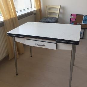 Diner bord med udtræk. Mål: 89(138)x59cm