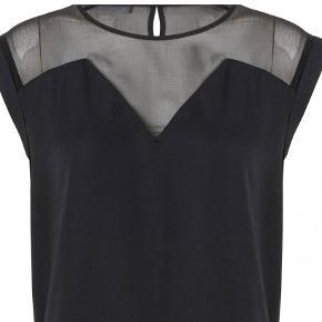 Super fin enkel kjole med chiffon detaljer foroven. Kjolen er lidt længere bagpå. ALDRIG BRUGT. Stadig prismærke.