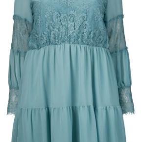 Smuk kjole i polyester. Kun prøvet på. Smukke blondedetaljer. Passer en str 42-44 pga elastikken i taljen. Måler 100 cm i længden