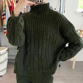 Jeg sælger min Lulu strik trøje fra Design By Si i farven kaki 🌾 -Str. er Xs/S -Materialet er 100% Acryl - Det er ikke sættet man køber men trøjen! - Skriv for flere billeder <3 -Den flotte trøje er i virkelig god stand!  Husk at tjekke min profil ud for andre gode varer😉💘