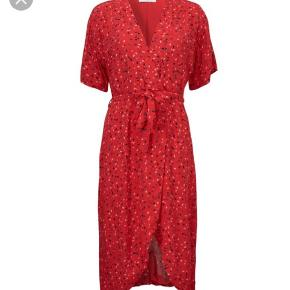 Flot kjole fra Modström, sælges da jeg ikke får den brugt. Standen er som ny. Np 800,-