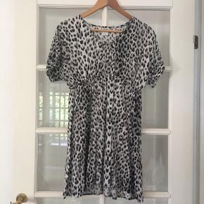 🌸 Løs leopard kjole str. S Brugt en enkelt gang. Fejler intet.   Kan hentes i Odense sv eller sendes mod betaling af Porto :)