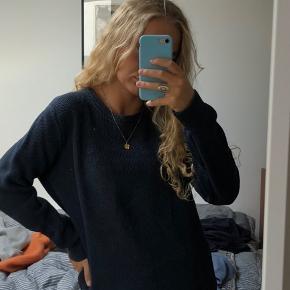 Lækker sweatshirt fra Lacoste, str 5, men svarer til en str small/medium  Brugt i en periode og derfor vasket flere gange, men ingen tegn på slid