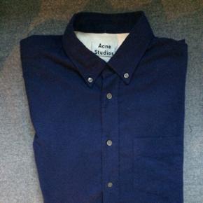 Acne skjorte - Isherwood - i marineblå. Størrelse 48 svarende til M/L. Brugt en 2-3 gange - derfor som ny.