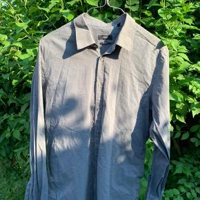 Hugo Boss skjorte  Brugt, men god stand. Fitter M-L (44)