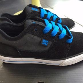 NYE DC SHOES SNEAKERS   Flotte Sneakers i sort med blå. De er super god at gå i.  Passer til alm fod Måler 18 cm  MP 225,- pp