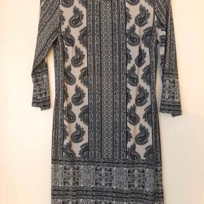 """Kort kjole der falder flot   Kan afhentes på Islands Brygge eller sendes efter ønske 💌  Brug gerne """"Køb Nu"""" 😊"""