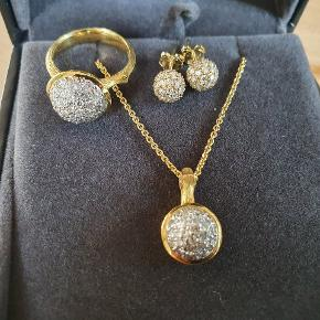Sælges for min mor og ønsker derfor ikke bytte tilbud.  Fantastisk og smukt smykkesæt.  Købt i Tyrkiet hos fast og anerkendt guldsmede forretning med inspiration fra dansk design ikon. Flere billeder kan sendes  Ring:  5,93 gr. 1,06 karat diamanter 14 karat guld Str.51  Halskæde/vedhæng:  0,62 karat diamanter 14 karat guld  Ørestikker:  1,12 karat diamanter 14 karat guld  Certifikater medfølger.  Brugt 2 gange og er som nyt. Samlet pris for sættet var 23.000,-   Sælges for minimum 15.000,-