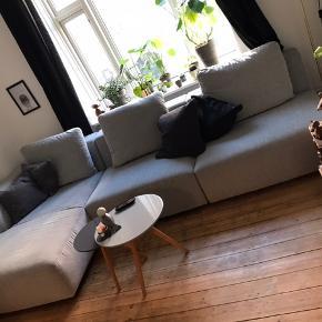 Chaiselong sofa sælges. Lysegrå og i rigtig fin stand. Da det er en modulsofa kan den gøres mindre, men der kan også købes ekstra moduler til. Mål: længe 330cm, dybde 166cm, højde 88cm  Købspris 16.500kr Sælges for 4.999kr