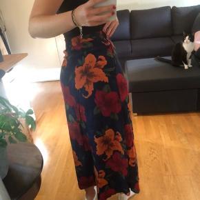Vintage nederdel  Køb 3 af mine ting og få gratis fragt. Ellers ligges der 37kr oven i den pris som står:)