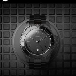 Flot herre ur i deep mat black af mærket Vodrich. Uret er aldrig blevet brugt.   Det er lavet af stainless steel. Water resistant.   Mp 400kr uden Porto  Kan afhentes i indre Kbh