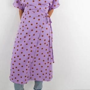 Lidt oliepletter på indersiden af kjolen grundet styrt på cykel, men ellers flot stand