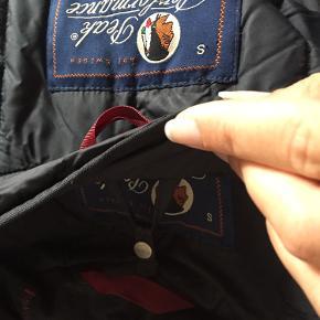 Super lækker dobbelt jakke, som kan bruges måde til mænd og kvinder, regntæt og varm da der er en termo jakke inden under selve jakke som også kan aftages, den er lidt krøllet da den har lagt længe i en pose, fejler intet :)