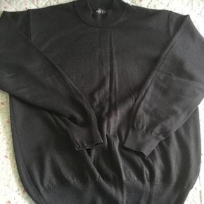 Trøje / bluse .. mærket er Blackblue... med lidt høj hals.  50% Wool  50% acryl . Str. L ... fin stand.