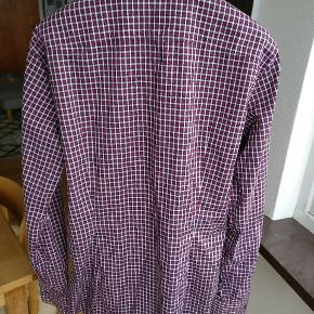 Klassisk ternet skjorte i en rigtig god bomuldskvalitet fra Italienske Dsquared. Str. 50 = M/L.