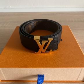Jeg sælger min Louis Vuitton bælte i størrelse 85/34 .  Den kan vendes på begge sider.  Kvittering, dustbag og æske haves.