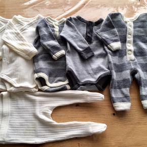 Lækker Joha uld tøjpakke i neutrale farver.  4 l/æ body, 1 heldragt, 1 par leggings med fødder. De helt hvide ting er af ren merino uld (de har lidt småhuller og misfarvninger uden betydning for brug).