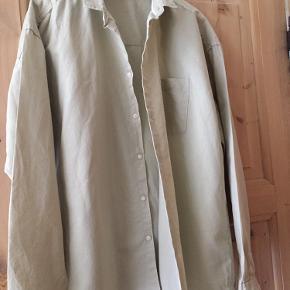 Rigtig fin og luftig herreskjorte Farven er lys army/beige Fragt betales af køber   Se også mine andre annoncer med herretøj
