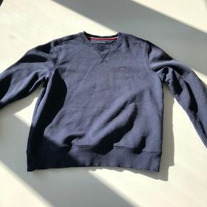 Sælger den her Tommy Hilfiger sweatshirt.  Str: S (fitter omkring 180 cm)