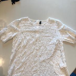 Super fin blonde t-shirt med lynlås i nakken. Har tilsvarende i sort til salg. Giver gerne rabat hvis man køber samlet :)