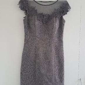 Rigtig smuk kjole. Købt i Mannequin Shop i København. Den kan passe M/L