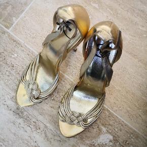 Skoen har ikke været brugt meget men limen er kommet frem og blevet tydelig derfor har jeg valgt denne kategori, har du mod på at fjerne det selv forsigtigt med sprit/acetone derfor prisen. Medfølger dustbag