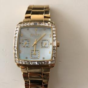 Elegant og klassisk ur fra Skagen minimale brugsspor og glas har ingen ridser. Skal have nyt batteri