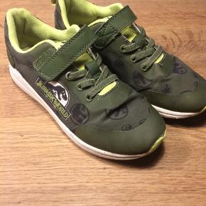 Sneakers fra H&M med Jurassic World motiv. Lidt slid på snuden - gummi forrest, ellers rigtig fin stand. Mp. 35 kr