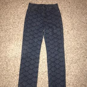 Blå jeans med Straight/lige ben og sejt mønster. De er kun brugt en enkelt gang. Kan passes af s-m.