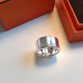 Varetype: Sølv H - Ring Hermes Størrelse: 55 Farve: Sølv Oprindelig købspris: 2800 kr.  Så flot sølv ring. Ikke brugt meget. Np 2.800kr. Æske og original kvittering fra Hermes medfølgee.